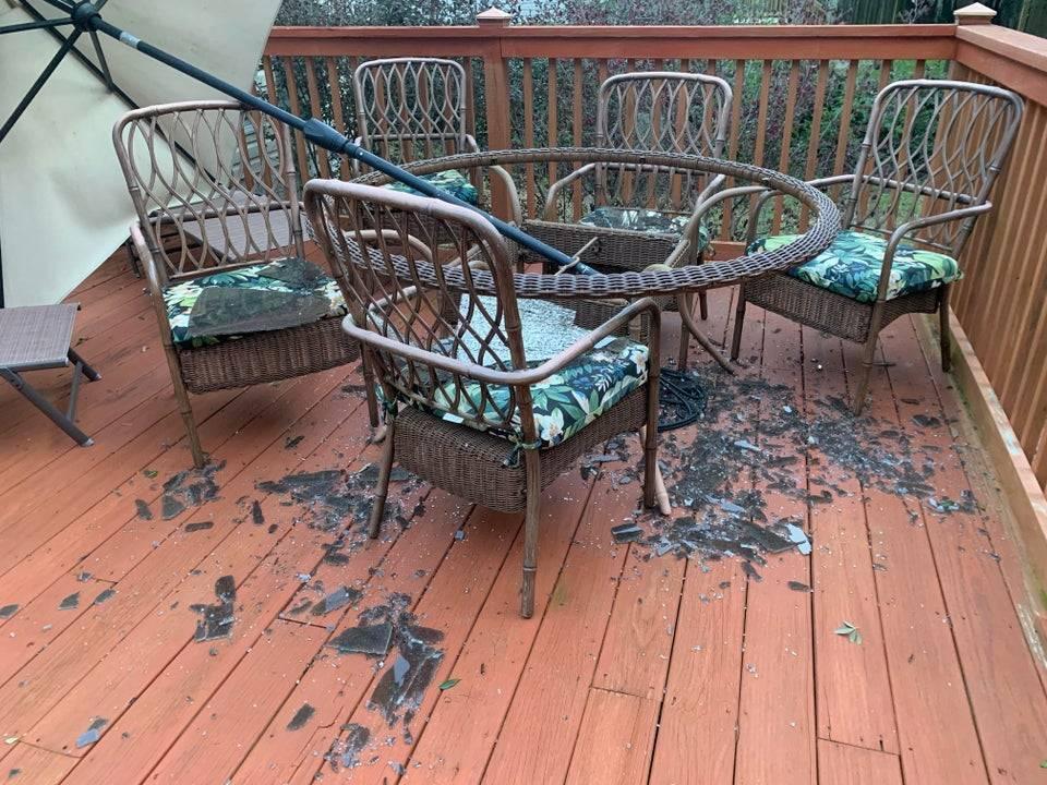 Парасолю знесло вітром і вона розбила скляний стіл на терасі