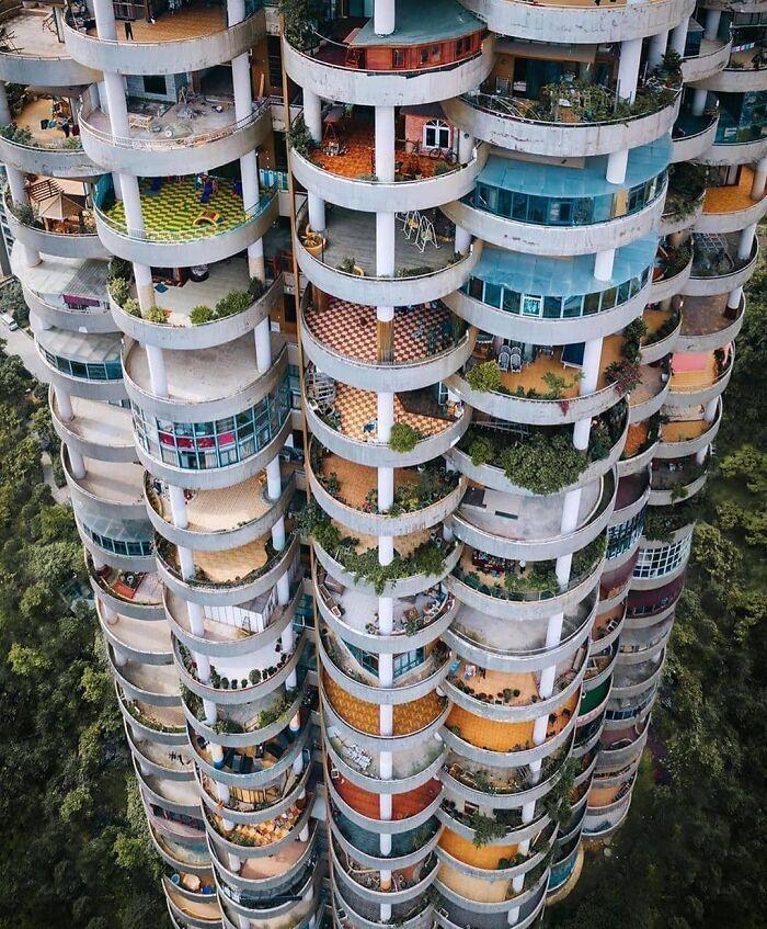 Багатоповерхівка з розкішними терасами в місті Гуйчжоу, Китай.