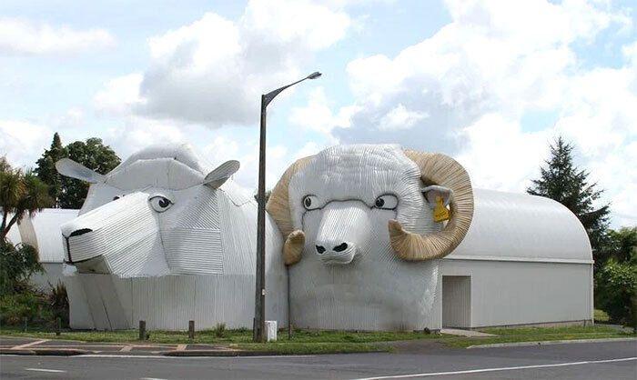 Дві конструкції у вигляді овець