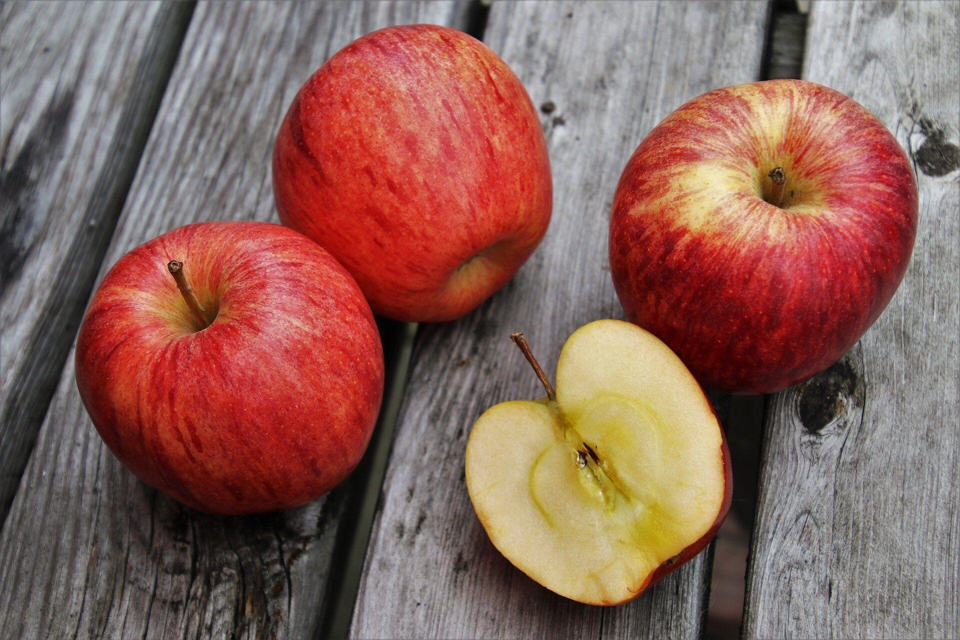Яблука.