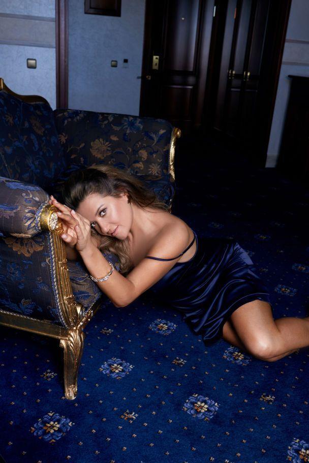 Співачка позує в легкій сукні з глибоким вирізом.
