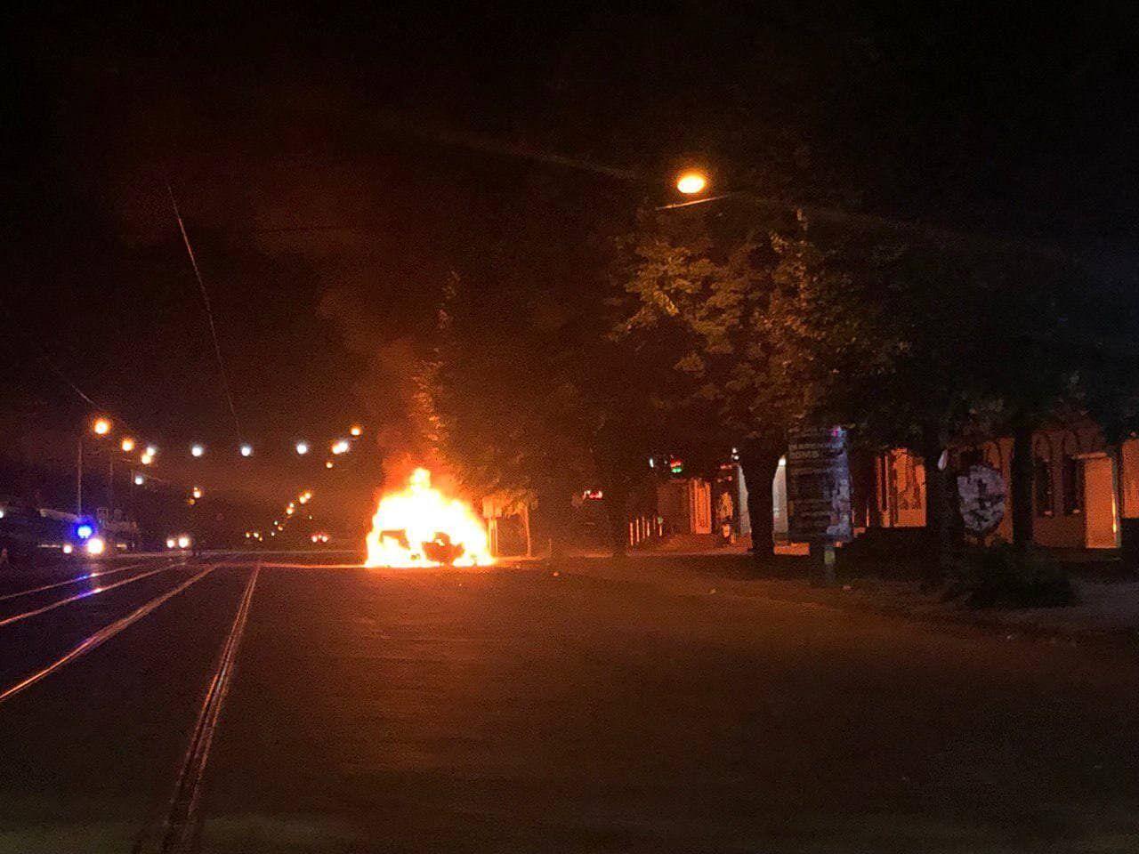 Автомобіль, що горить у центрі міста.