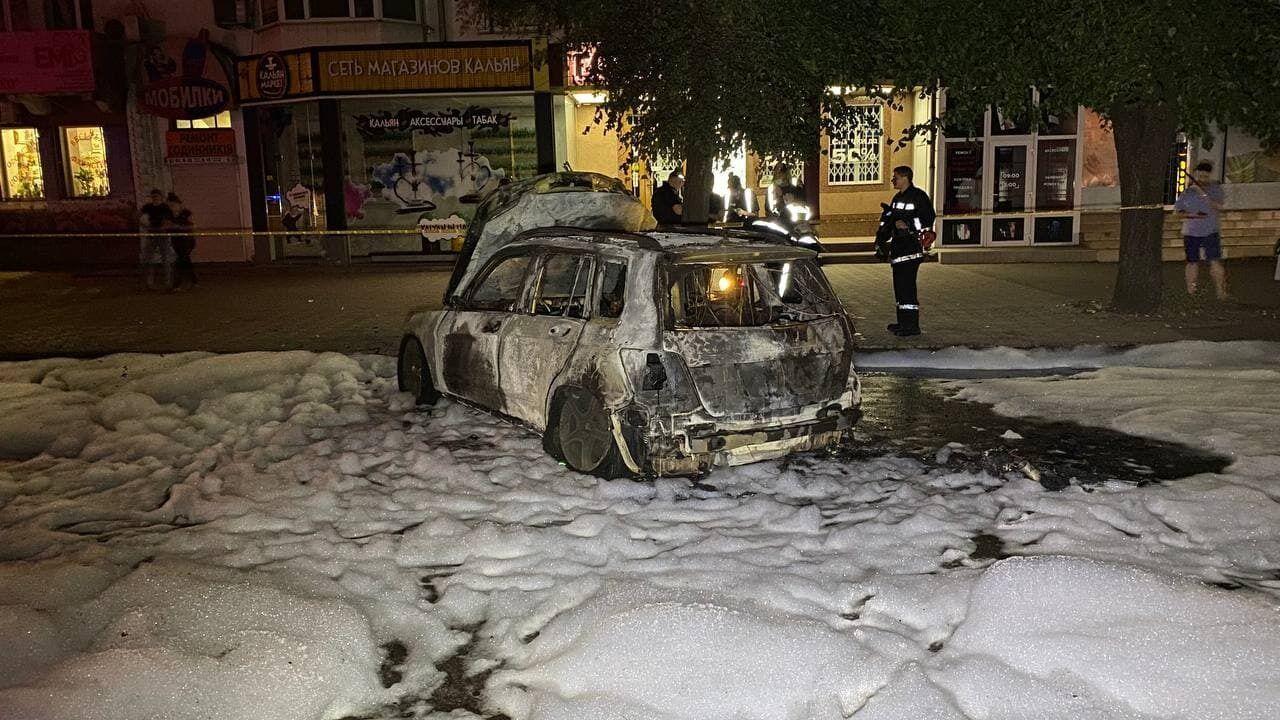Рятувальники загасили автомобіль Гаркушиної.