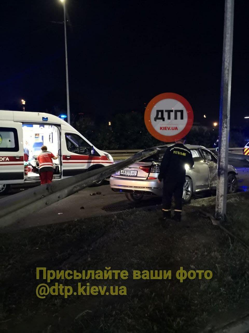 Водитель получил травмы и был госпитализирован.