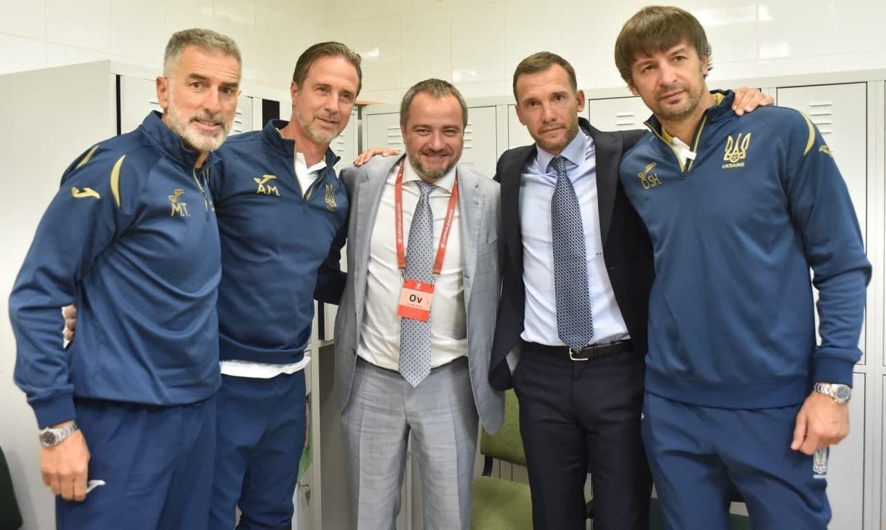 Андрей Павелко с тренерским штабом Андрея Шевченко.
