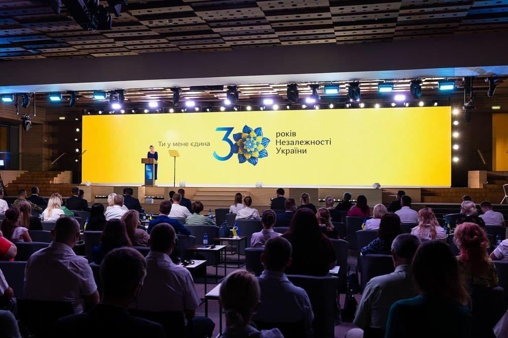 Елена Зеленская провела презентацию.