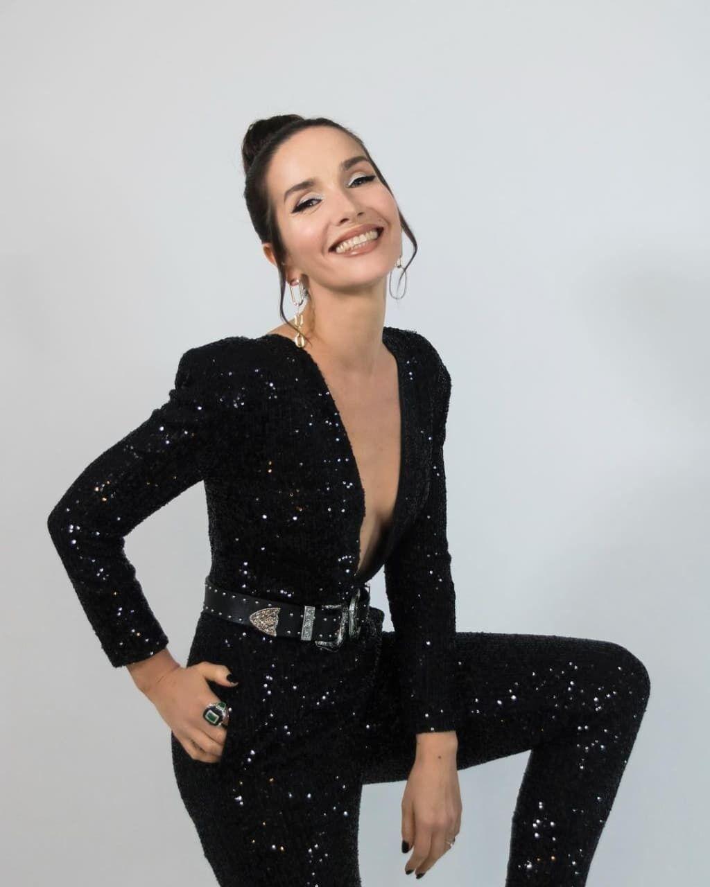 Наталия Орейро в черном наряде.