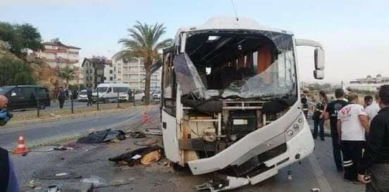 Туристический автобус перевернулся в районе Сиде в провинции Анталья.