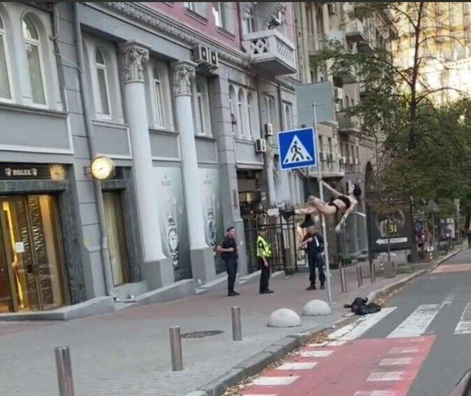 Дівчина танцювала перед чоловіками у формі правоохоронних органів.