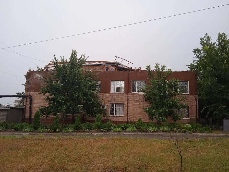 Сильный ветер сорвал крышу со здания суда.