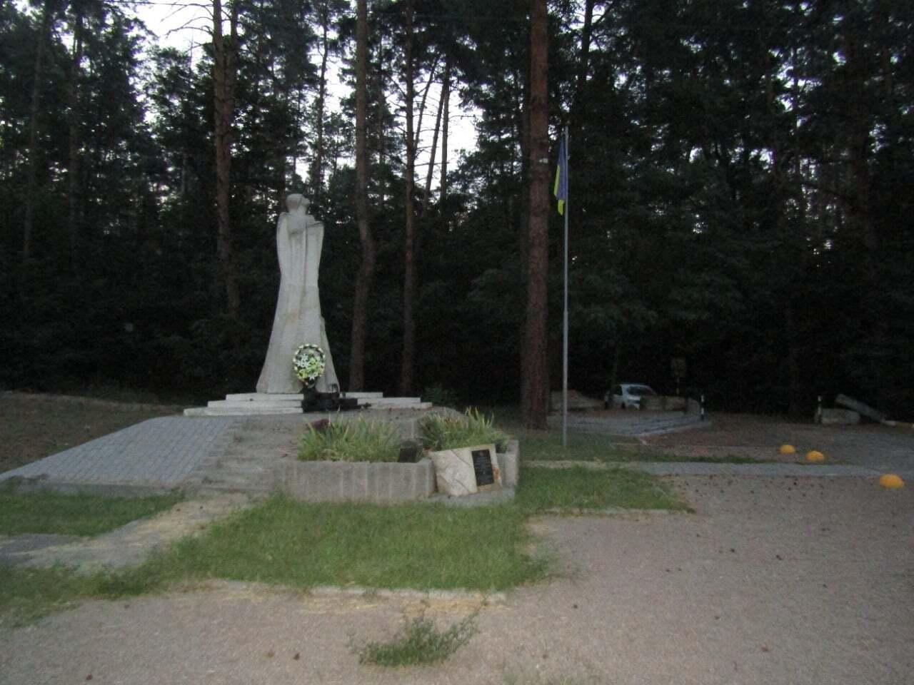 Злоумышленник приехал к памятнику на велосипеде.