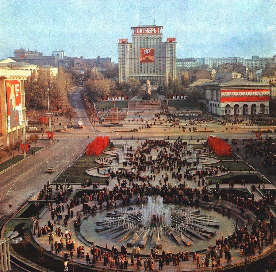 Площадь Октябрьской революции в 1980-х годах.