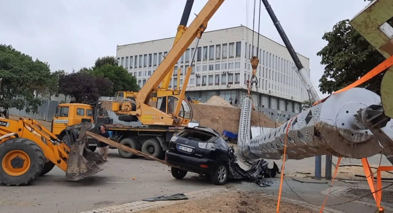 Владелец авто успел выскочить из машины за секунду до того, как на нее упали тона металла.