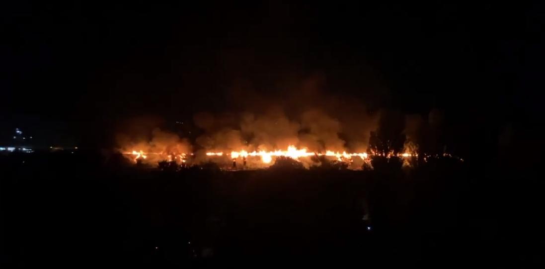 Пожар охватил всю крышу пятиэтажки.