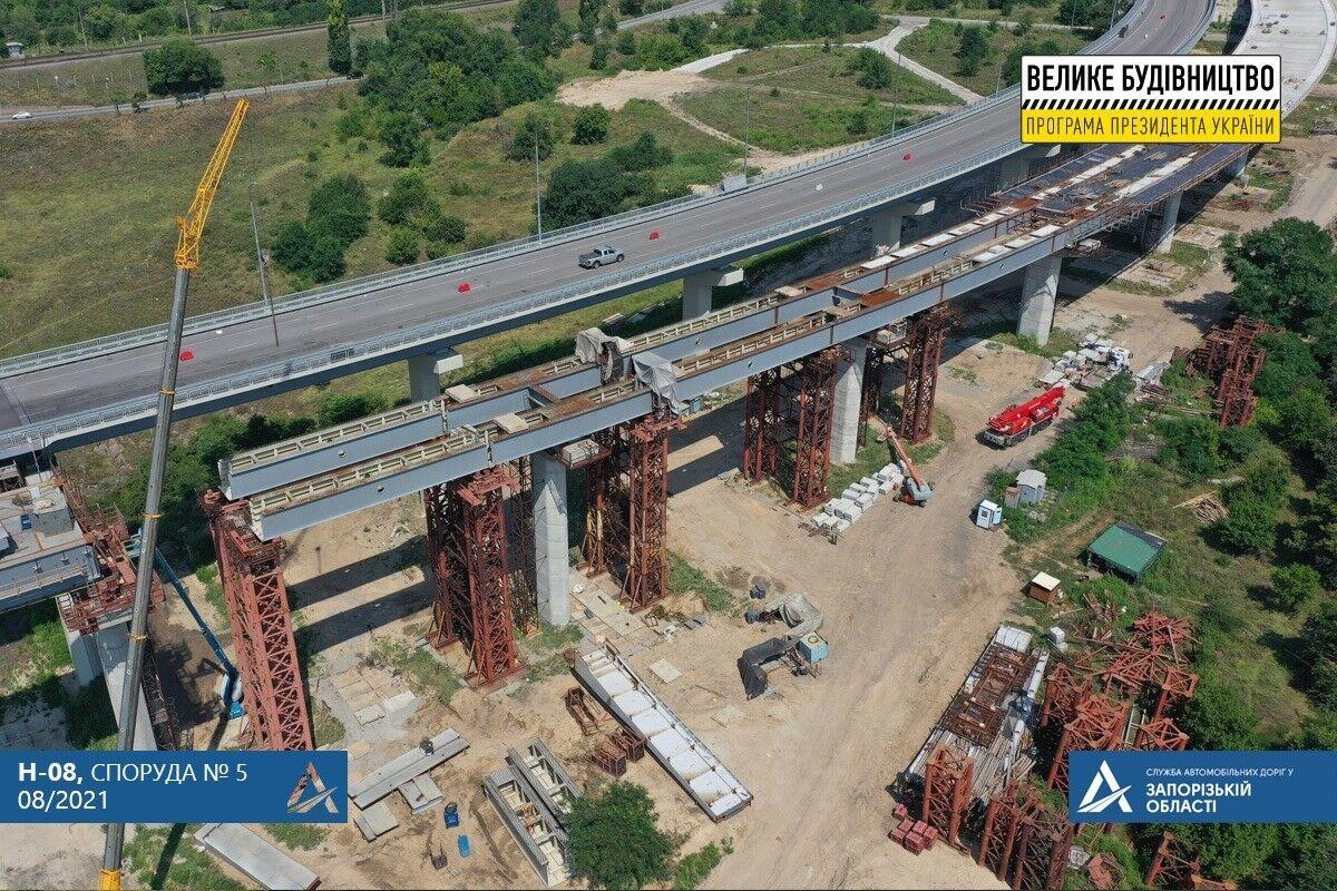 На споруді №3 мостобудівники демонтують козловий кран