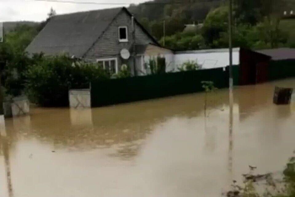 Вода затопила дома