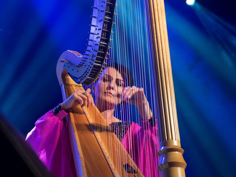 Алина Бжежинская может сыграть на арфе что угодно. И классику, и рок, и джаз, и даже хип-хоп!