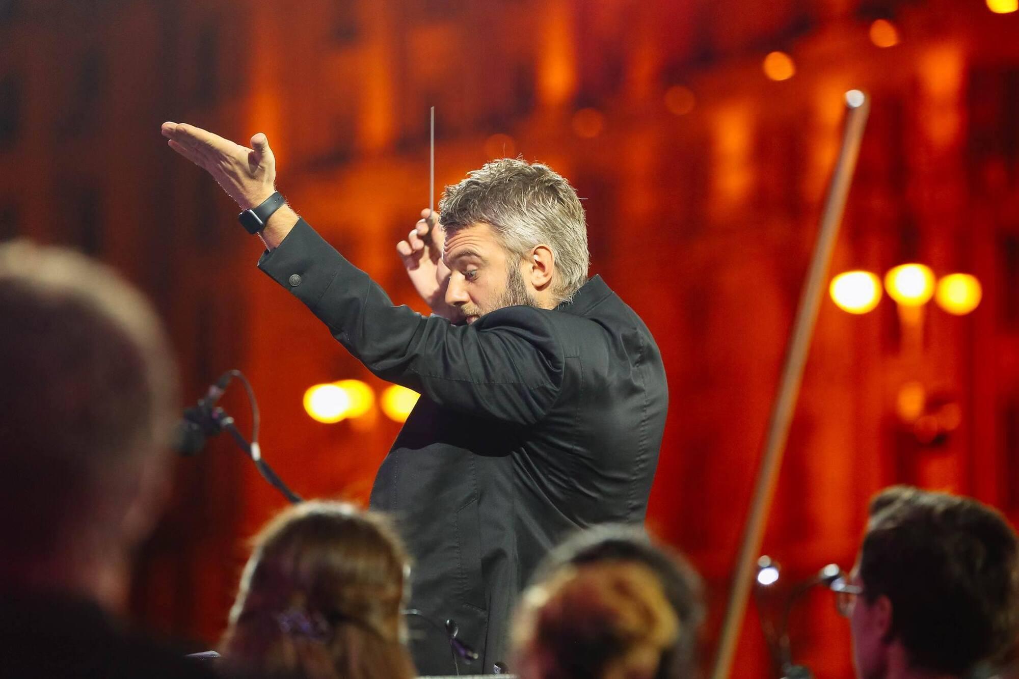 Эмоциональный и артистичный Кирилл Карабиц во время концерта к 25-летию независимости на Майдане.
