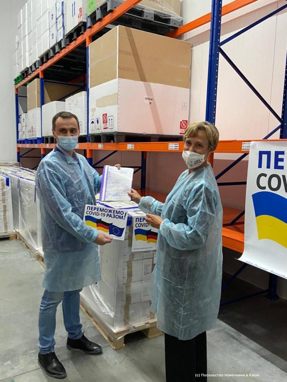 Украина получила от Германии вакцину AstraZeneca .