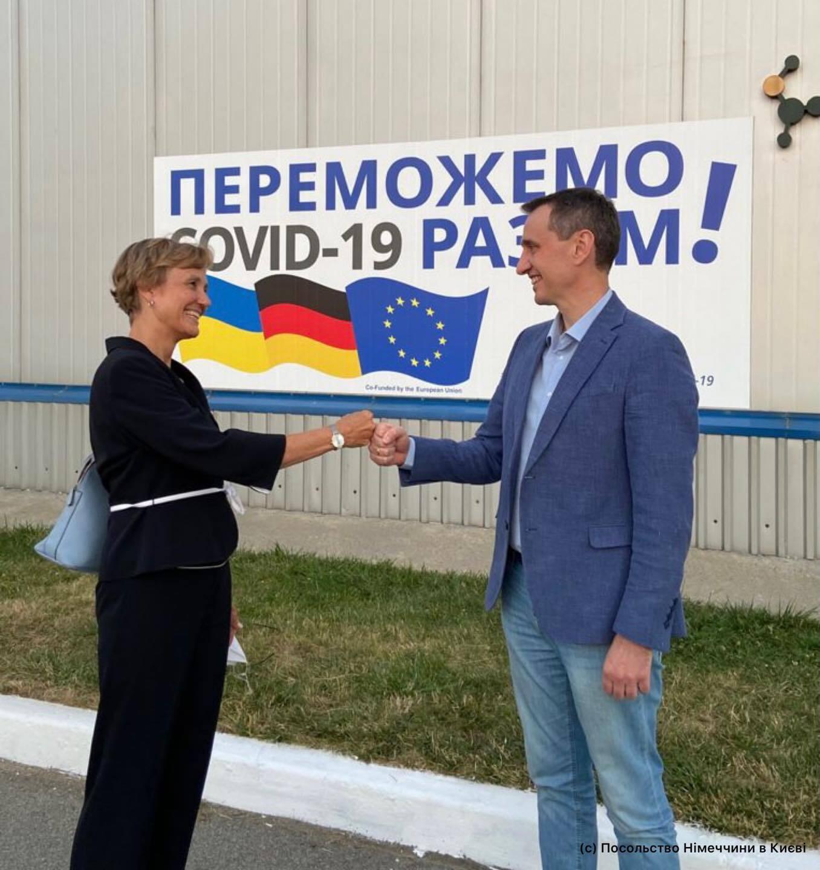 Вакцину посол Германии передала министру Ляшко.