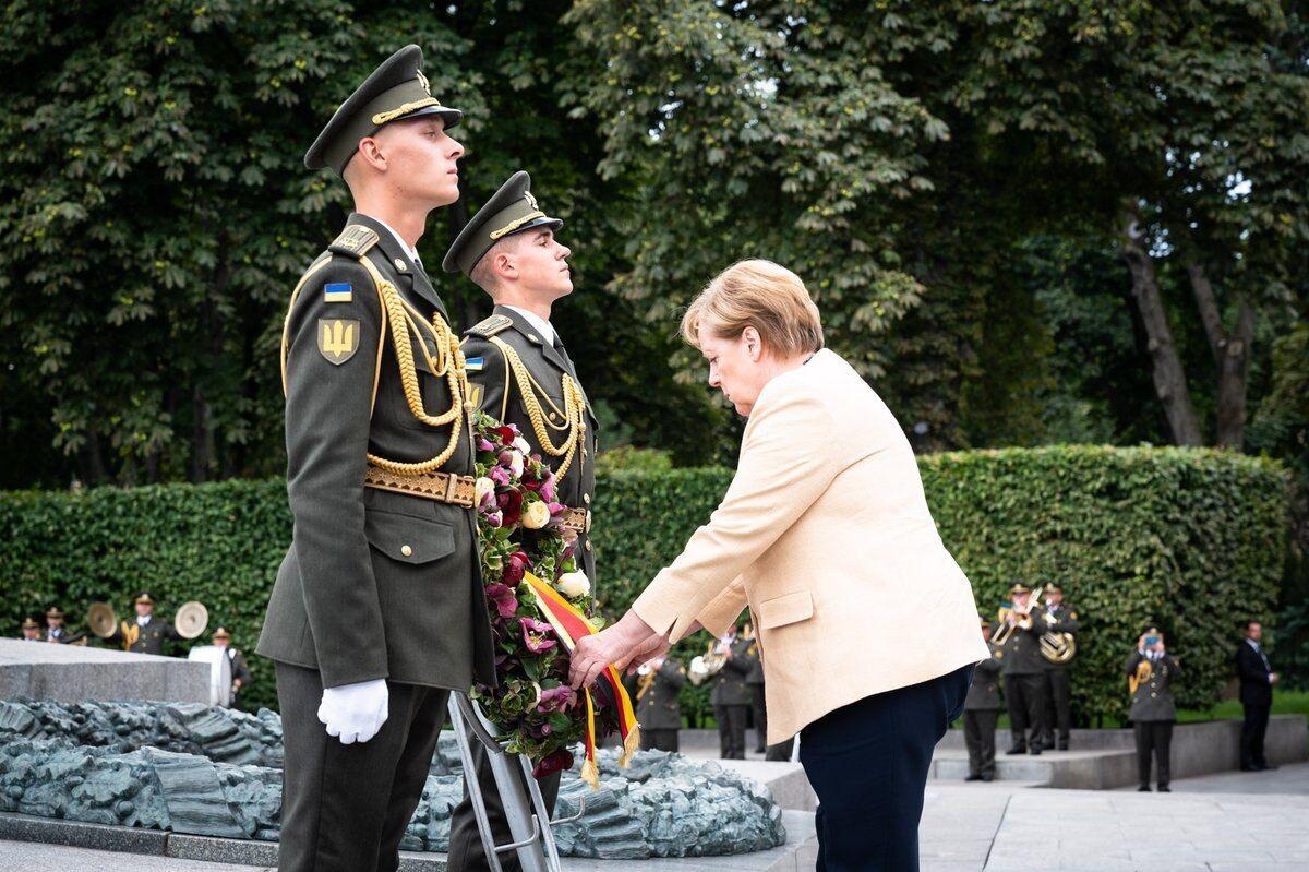 Меркель поклала квіти до пам'ятника.