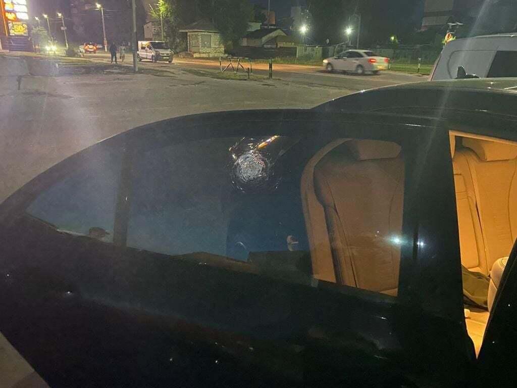 Пуля попала в авто.