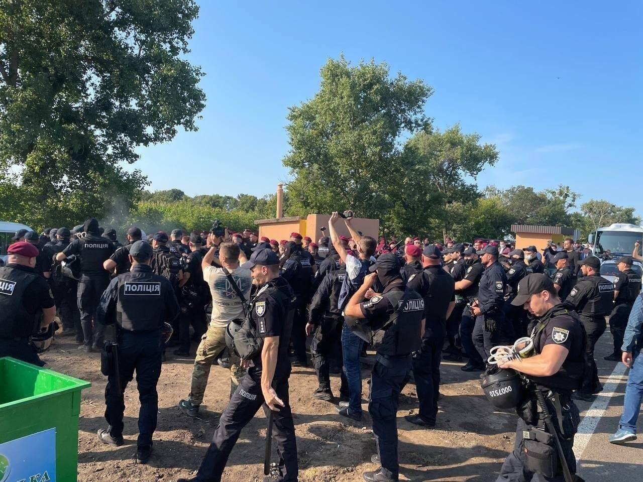 Столкновения между полицией и активистами.