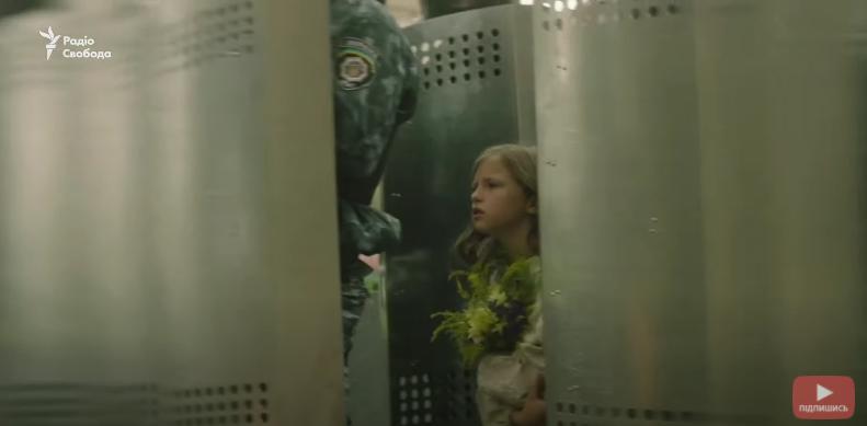 Девочка проходила каждую локацию с букетом цветов