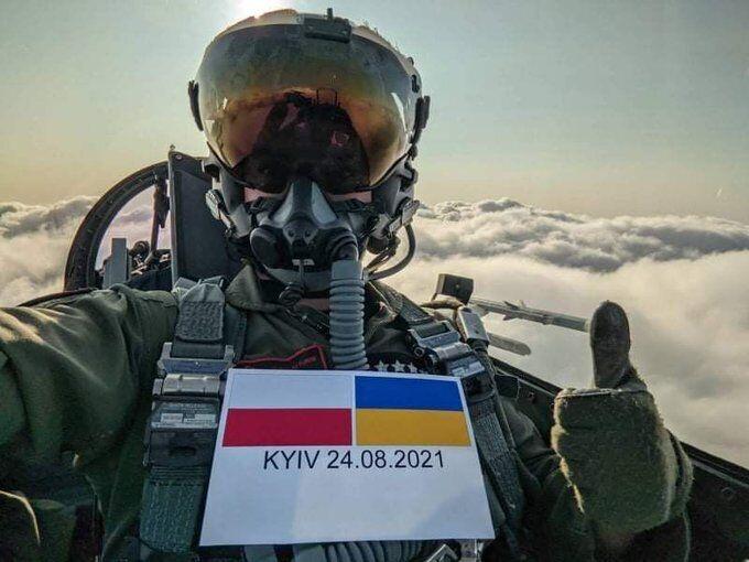 Польський льотчик привітав Україну з Днем Незалежності.