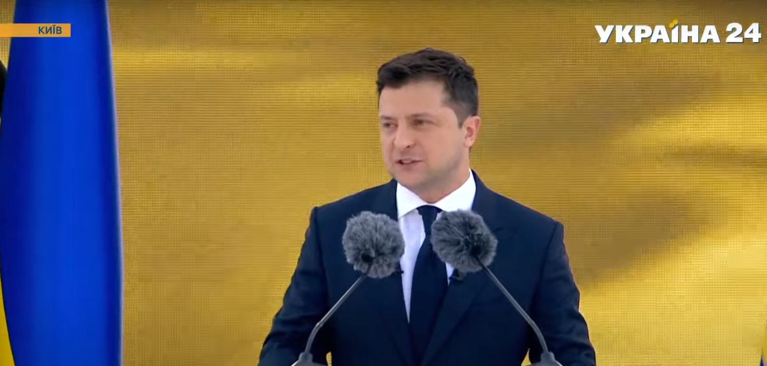 Зеленський виступає з промовою.