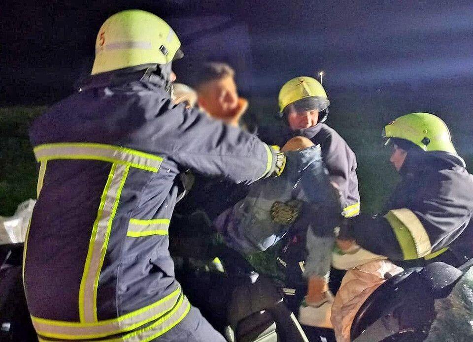 Спасатели извлекли пострадавших из авто