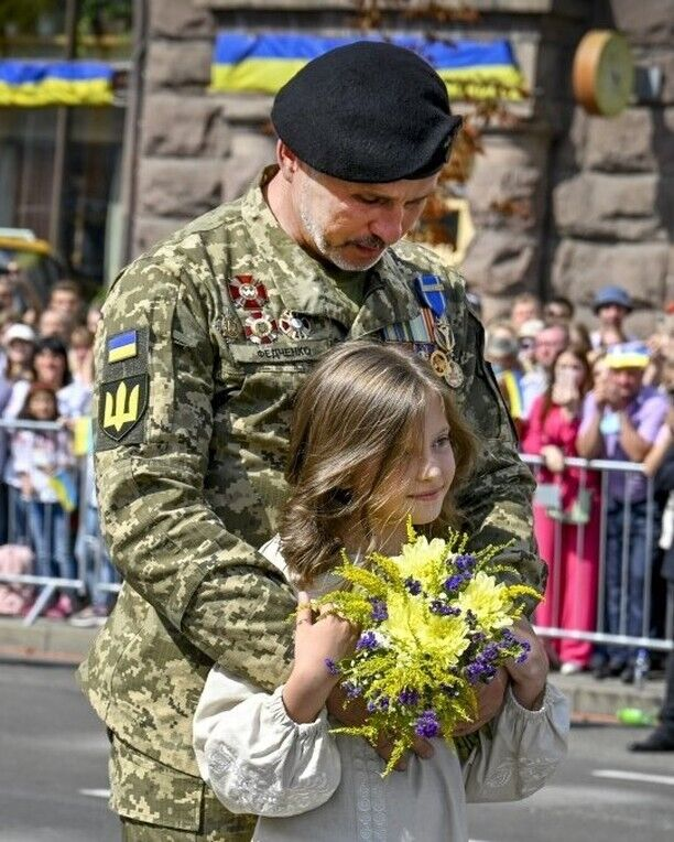 Дівчинка подарувала квіти українському воїну.