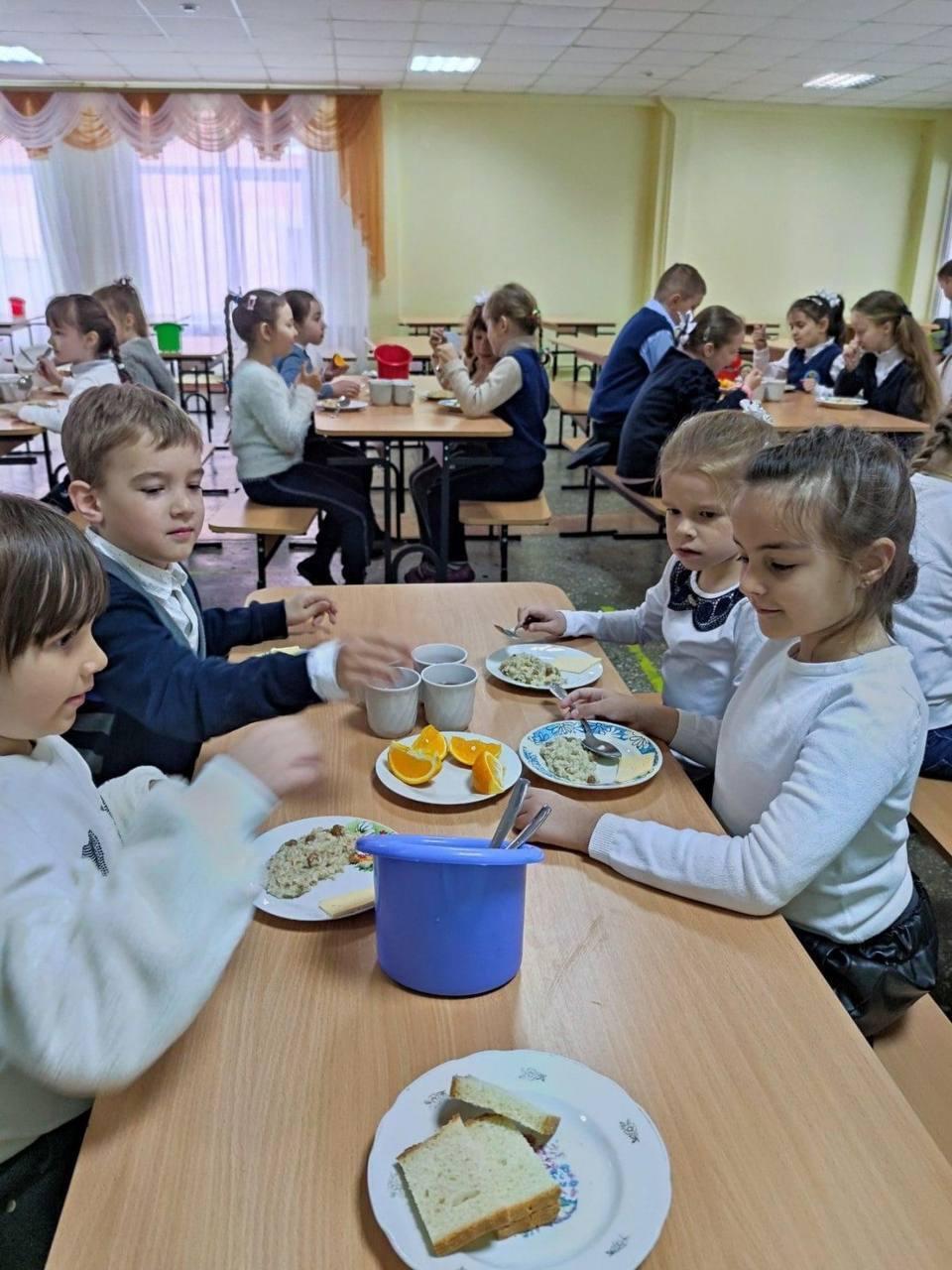 Обед в школьной столовой.