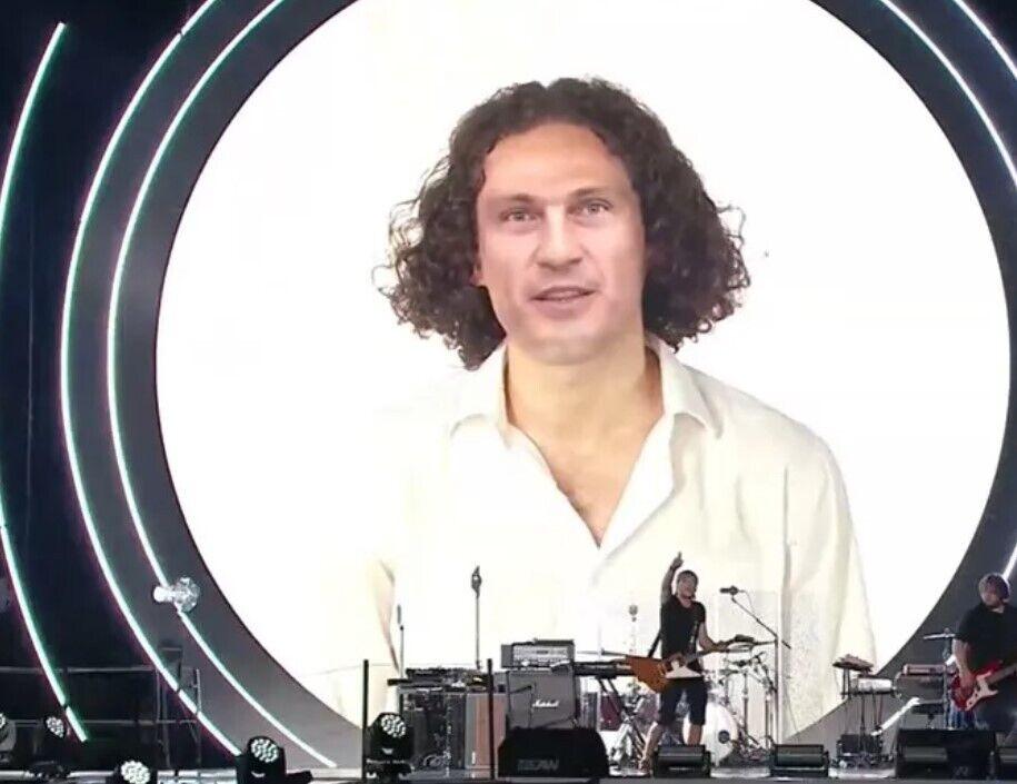 Музыкант предстал перед зрителями и слушателями в виде поющей нейросети.