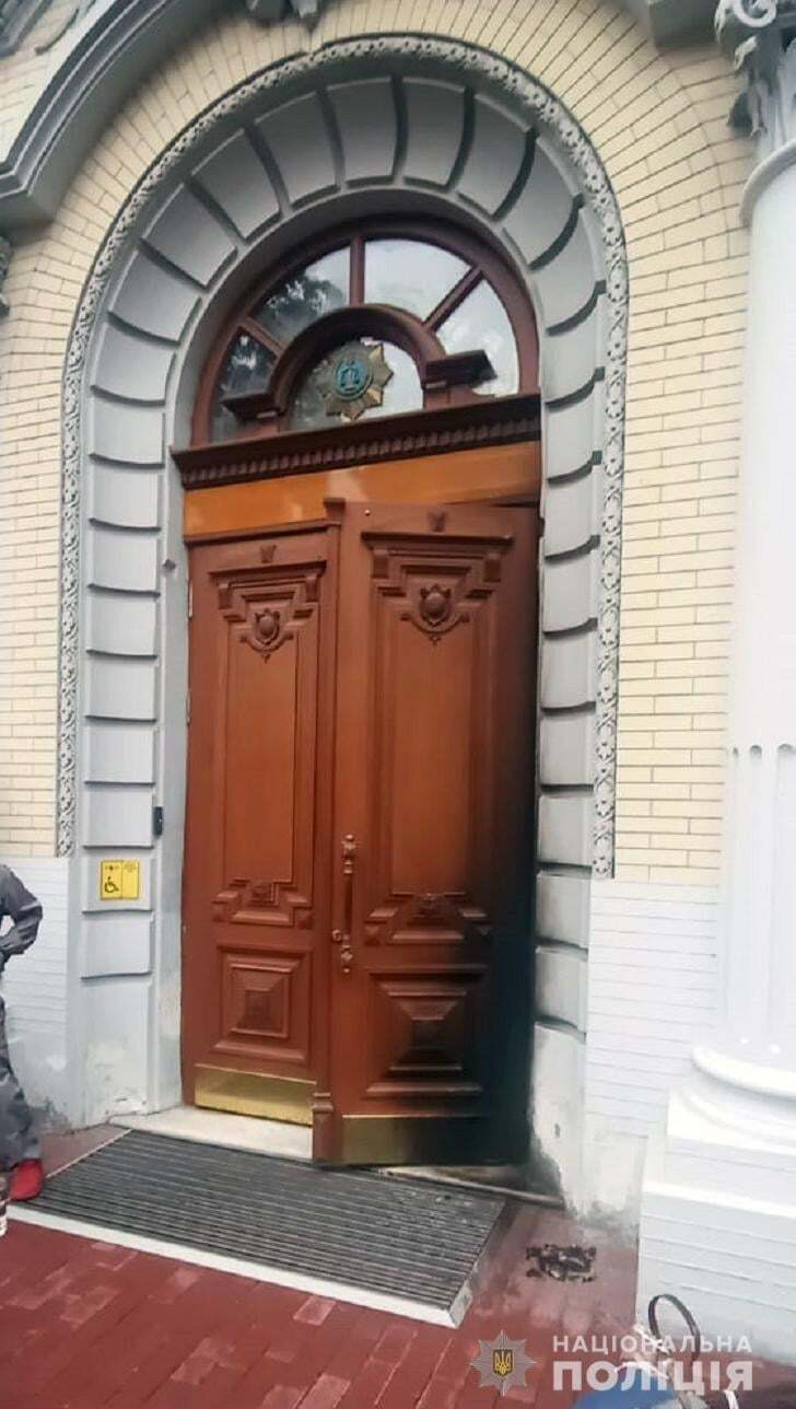 Поврежденные двери здания