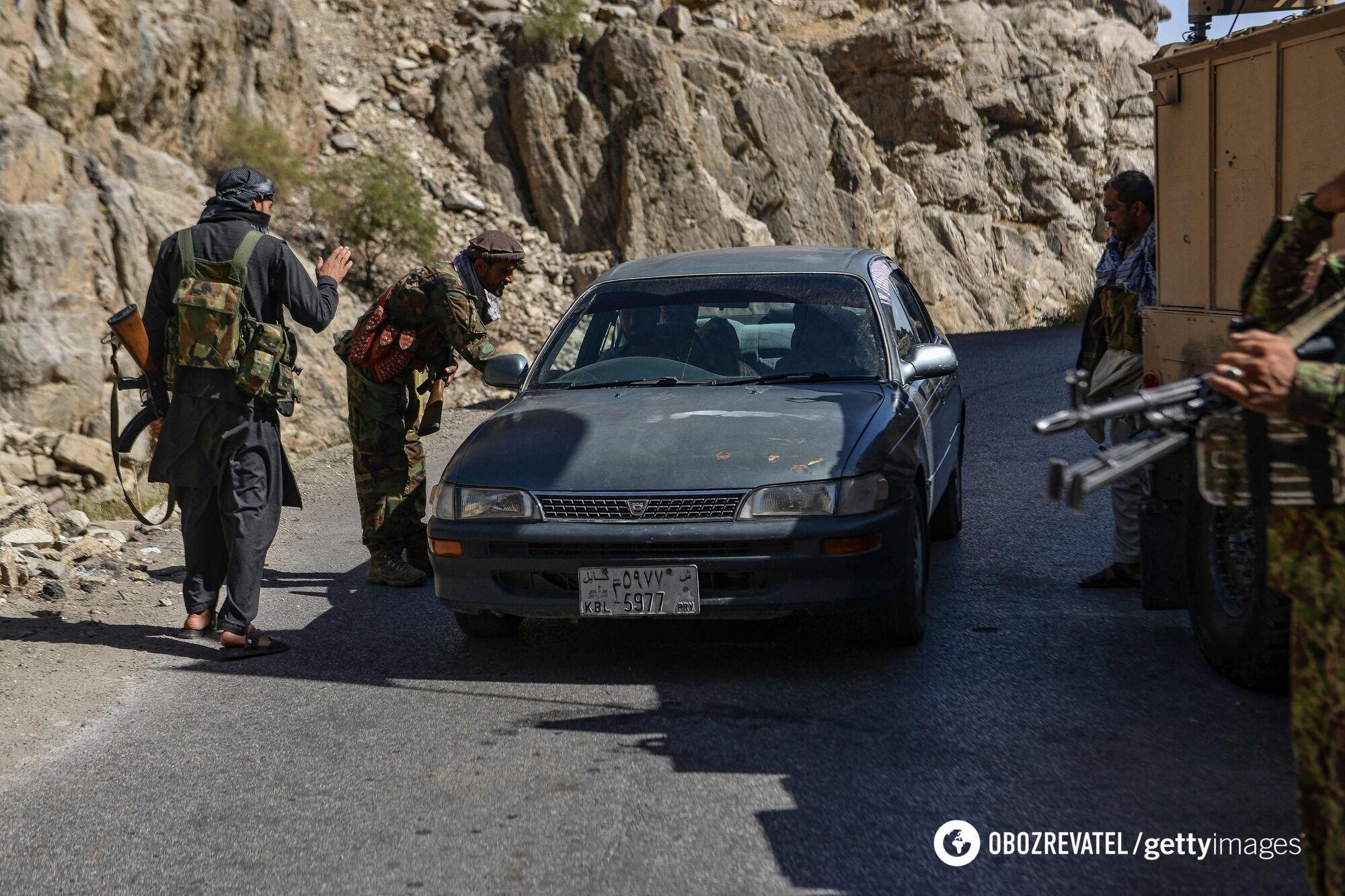Талибы обыскивают авто