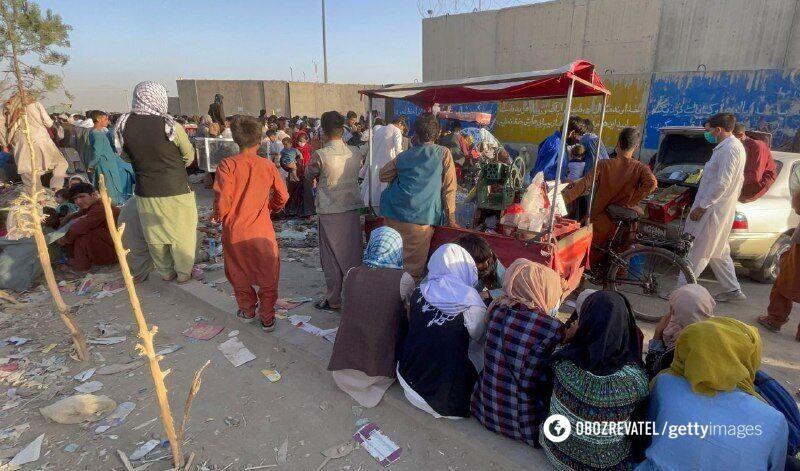 Люди возле аэропорта Кабула