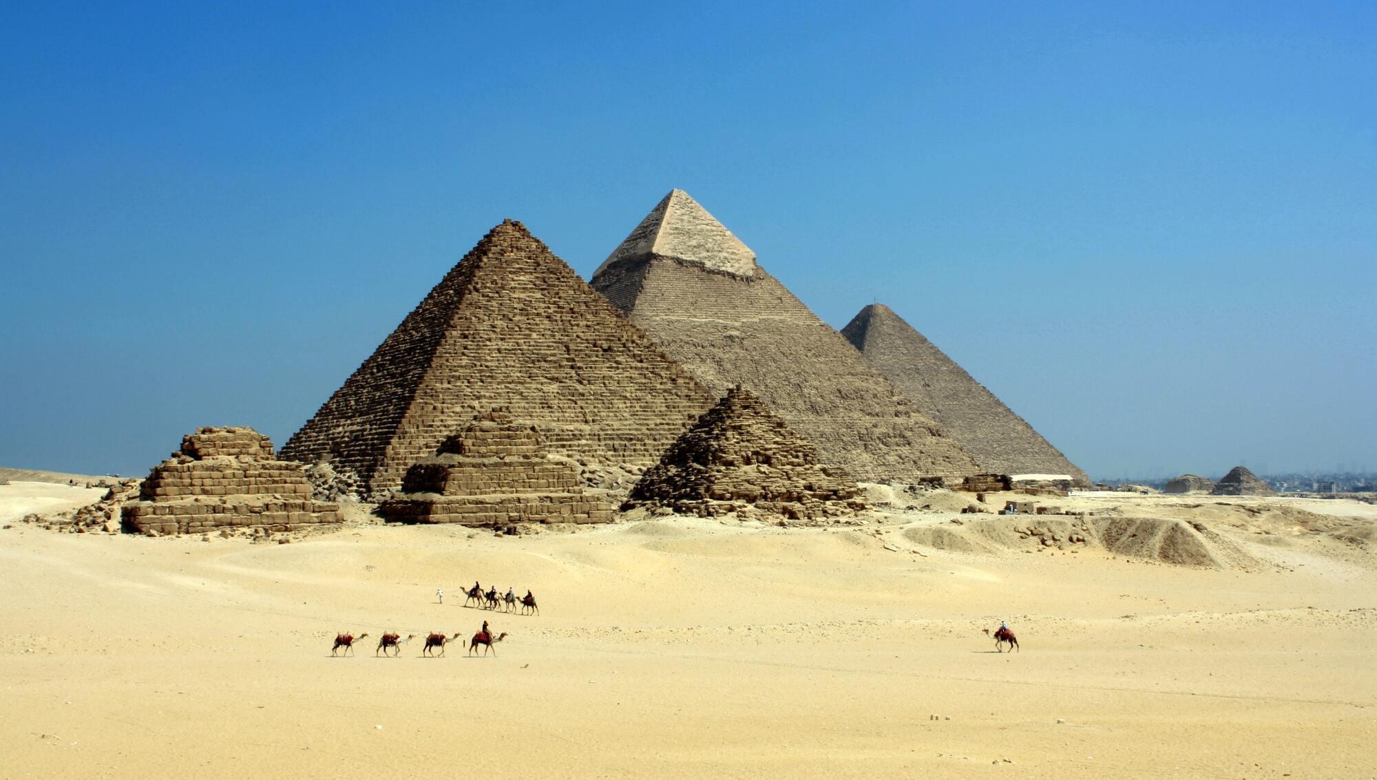 В Египте стоит съездить в Гизу, чтобы посмотреть на легендарные пирамиды