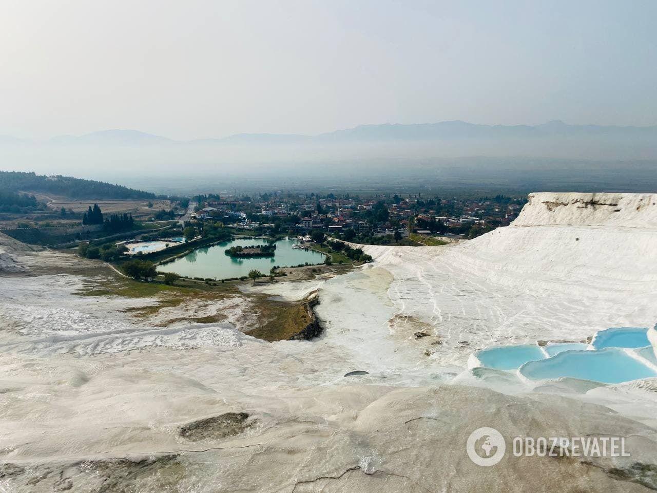 Будучи в Турции, туристам стоит погулять по белоснежным террасам Памуккале