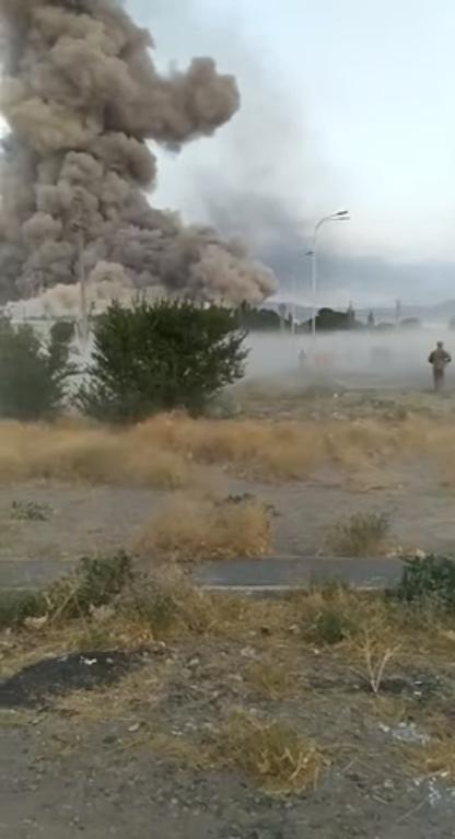 Чоловік у формі біжить у бік будівлі, що палає