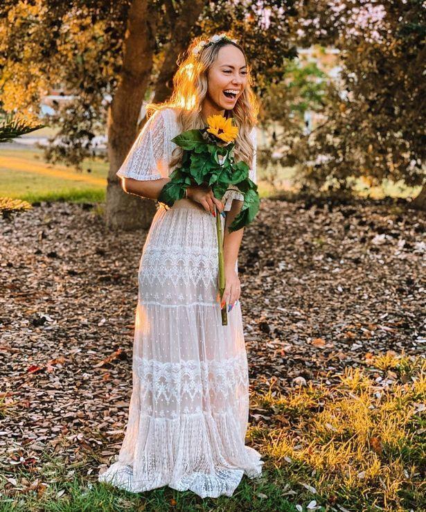 Кристин в свадебном платье.