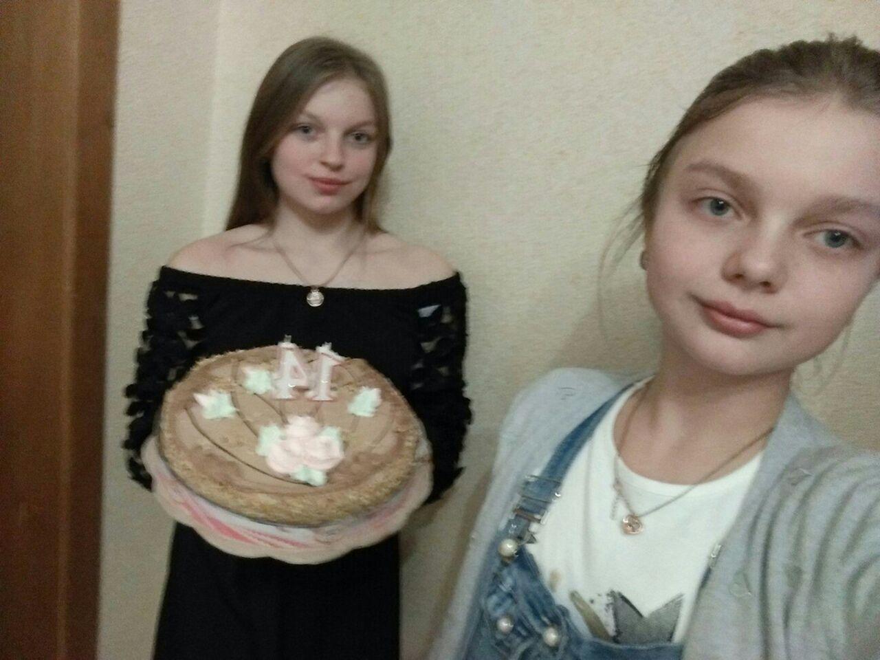 Надя Довжинська (на передньому плані) загинула, її двоюрідна сестра Христина Олексовська в лікарні.