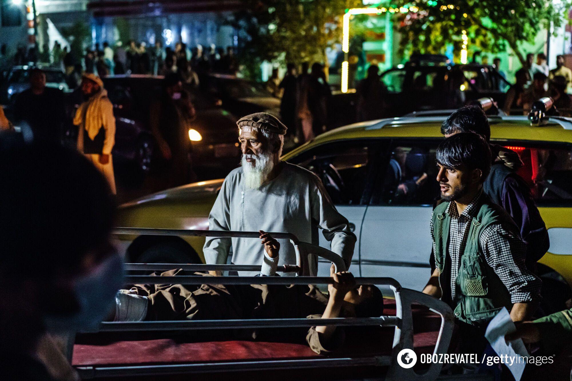 Пострадавшие при взрывах в Кабуле.