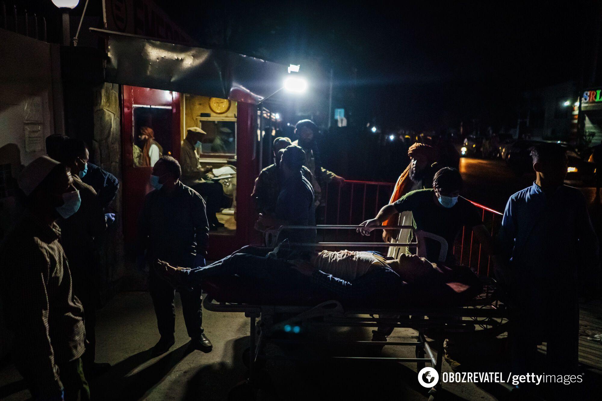 Раненых забирают в больницу.