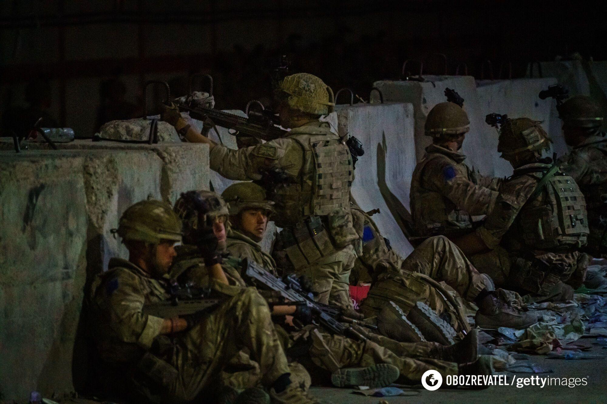 Британские военные в боевой готовности.