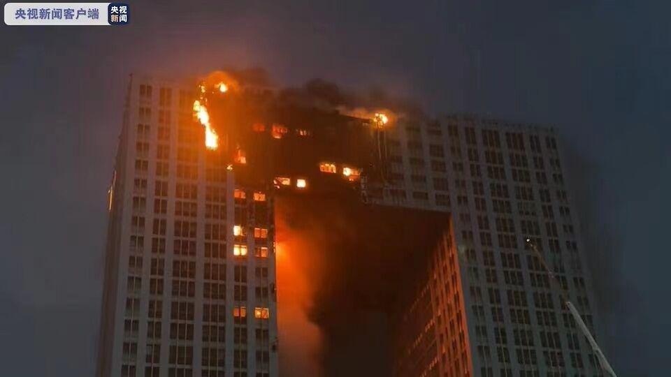 Небоскреб загорелся в городе Далянь.