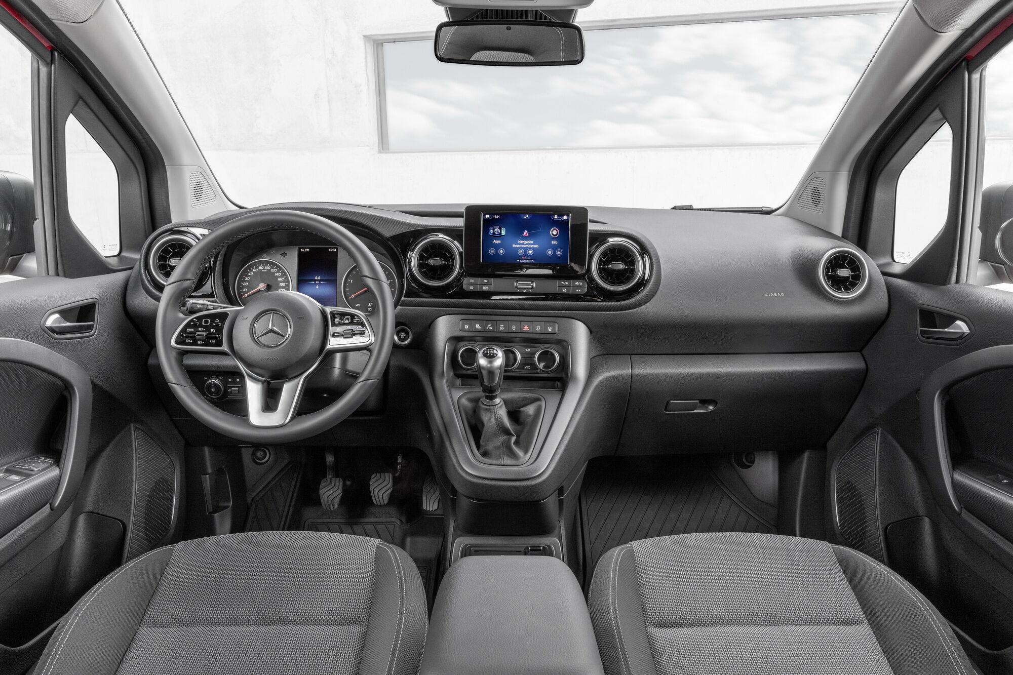 Дизайн интерьера выполнен в фирменном стиле Mercedes-Benz