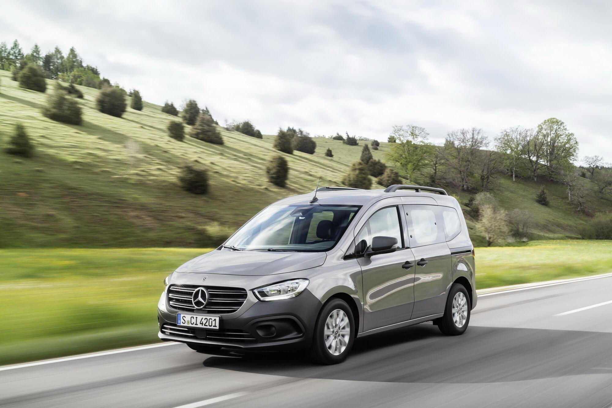 Модель запропонована у двох варіантах – вантажному 2-місному Citan Panel Van та пасажирському 5-місцевому Citan Tourer