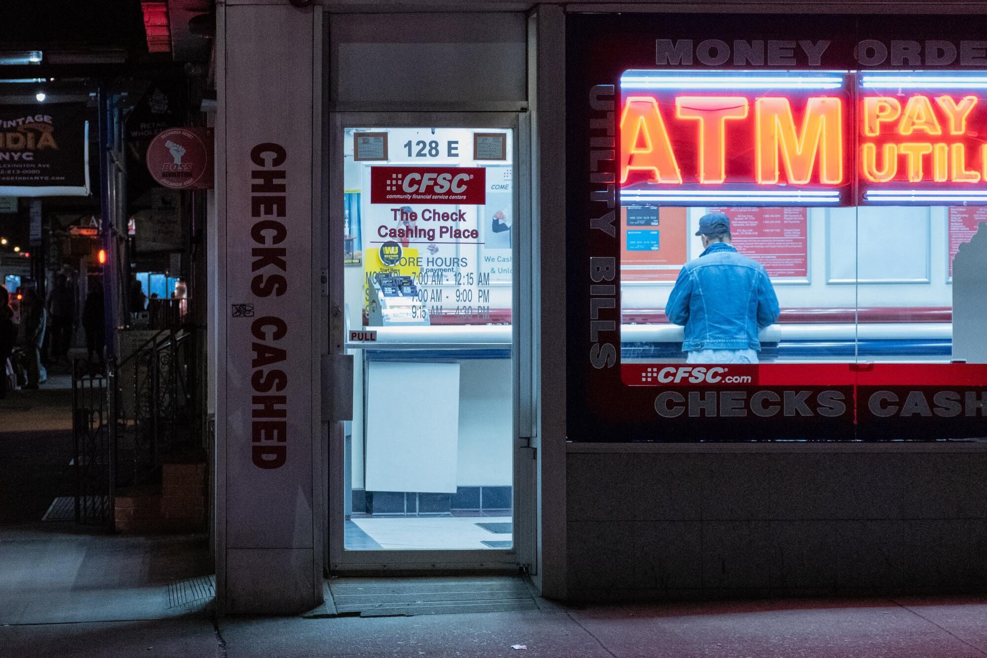 В путешествии нужно пользоваться банкоматами только в отделениях банка