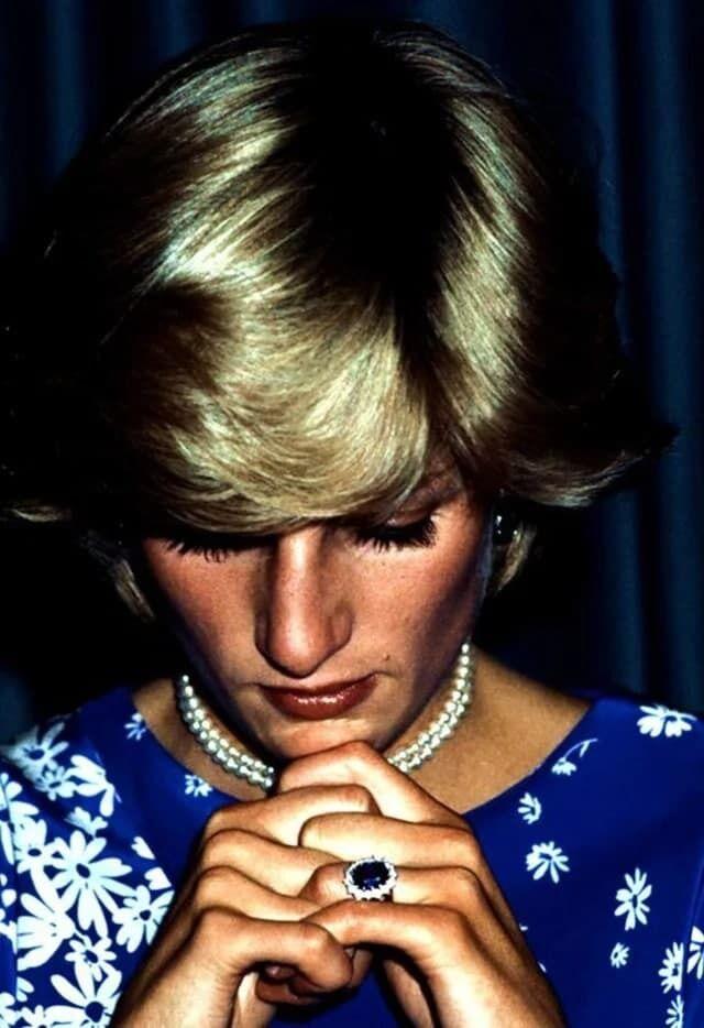 Кольцо леди Ди подаренное принцем Чарльзом.